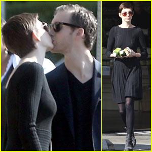Anne Hathaway & Adam Shulman: Kiss Kiss!