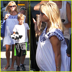 Reese Witherspoon: Baby Bump at Malibu Beach House!