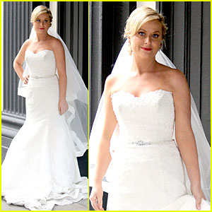 Amy Poehler: Wedding Dress on 'They Came Together' Set!