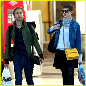 Anne Hathaway: Post Wedding Flight with Adam Shulman!