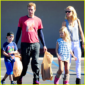 Gwyneth Paltrow & Chris Martin: Toys 'R' Us with the Kids!