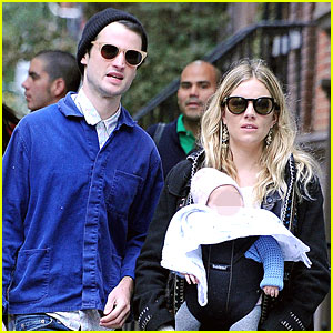 Sienna Miller &#038; Tom Sturridge: New York Walk with Marlowe!