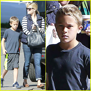 Reese Witherspoon: Food Take-out with Deacon!