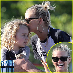 Ashlee Simpson: Beach Kisses for Bronx!