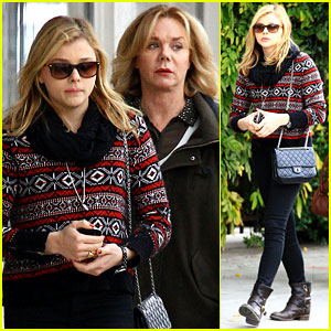 Chloe Moretz: Sur Lunch with Mom Teri!