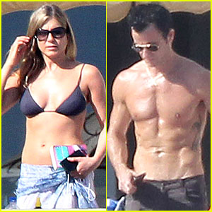 Jennifer Aniston: Beach Reading with Justin Theroux!