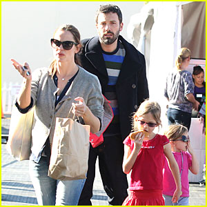 Jennifer Garner & Ben Affleck: Ice Skating with the Girls!