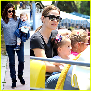 Jennifer Garner: Disneyland Dumbo Ride with the Girls!
