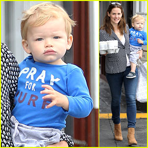 Jennifer Garner Carries Son Samuel & Four Coffees!