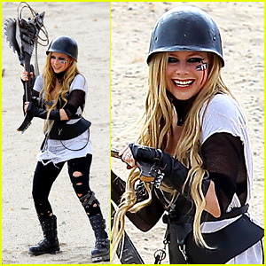 Avril Lavigne: Chainsaw Guitar for 'Rock N' Roll' Video Shoot!