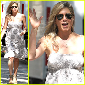 Jennifer Aniston Continues 'Squirrels to the Nuts' Filming in NYC Heat