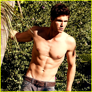 robbie-amell-shirtless-bello.jpg