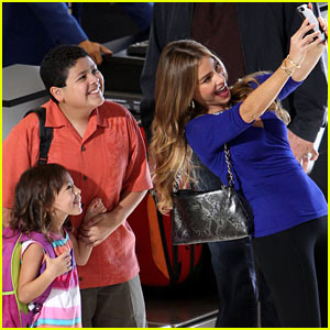 Sofia Vergara Films Scenes for New 'Modern Family' Season!