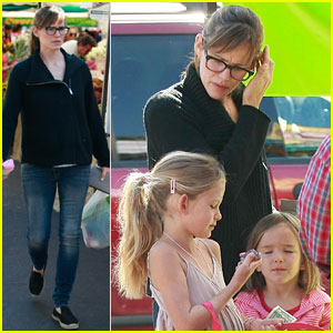 Jennifer Garner & Ben Affleck's Mom Take the Kids Shopping