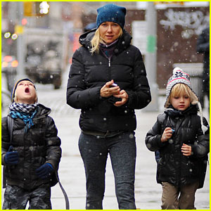 Naomi Watts: Snowy School Walk with Sasha & Samuel!