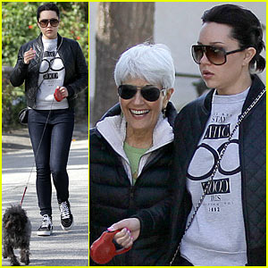 Amanda Bynes Spends Sunday with Mom, Dad, & 3 Pet Pups!