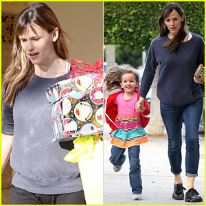 Jennifer Garner Gets Ready for Christmas, Picks Up Gifts!