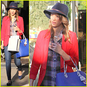 Jessica Alba: Red Hot Holiday Shopping Trip!