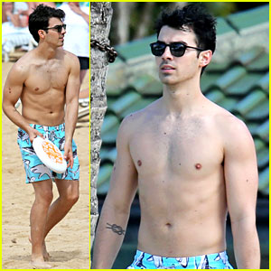 Joe Jonas: Shirtless Beach Frisbee Player in Hawaii!