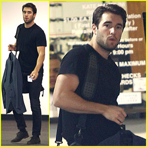 Josh Bowman Flashes Biceps at Office Building!
