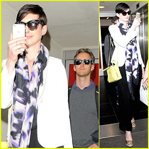 anne hathaway records at lax airport Anne Hathaway Records the Hectic & Flashy Scene Upon Her LAX Airport Arrival!