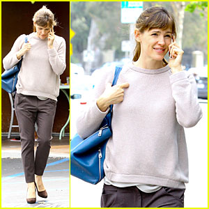 Jennifer Garner Makes a Blue Splash On Errand Run!