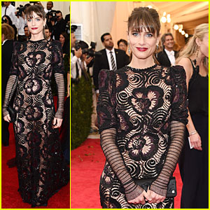 Amanda Peet Makes a Fishnet Statement at Met Ball 2014!