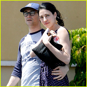 Joseph Gordon-Levitt Holds Tight to Cute Girlfriend!