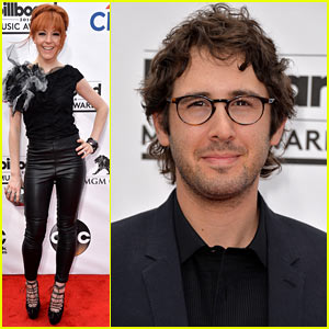Violinist Lindsey Stirling & Josh Groban Walk the Red Carpet at Billboard Music Awards 2014!