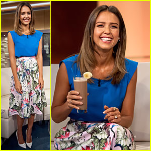 Jessica Alba Makes a Chocolate Shake Look So Good!