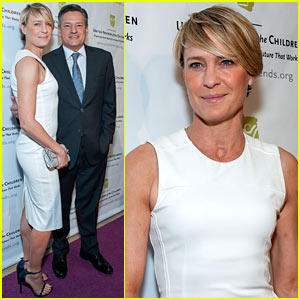Robin Wright Wears Tight White Dress to Display Her Flawless Figure!