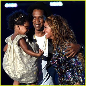 Blue Ivy Presents Mom Beyonce with Award at VMAs 2014!