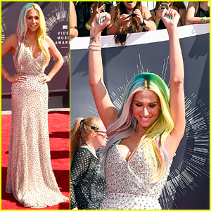 Kesha Throws Her Hands in the Air on the MTV VMAs Red Carpet 2014