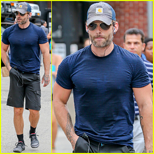Seann William Scott Wears a Tight T-Shirt For His Workout