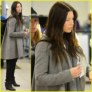 Jessica Biel & Her Baby Bump Catch a Flight