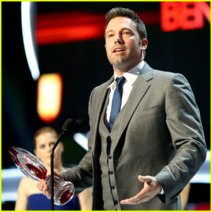 Ben Affleck Helps Inspire as the Favorite Humanitarian at People's Choice Awards 2015