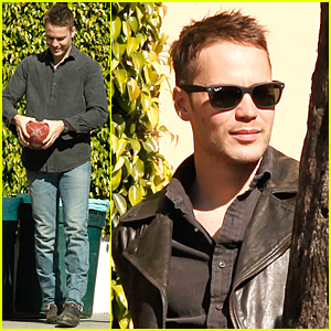 Taylor Kitsch Gets Ready For Super Bowl On 'True Detective' Set