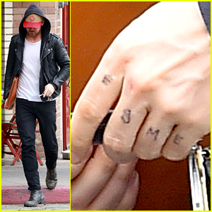 Ryan Gosling Writes His Daughter's Name Across His Fingers!