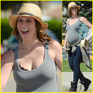 Jennifer Love Hewitt Shows Off Her Growing Baby Bump