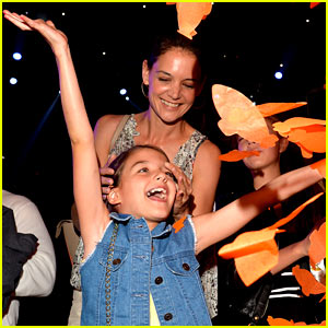 Suri Cruise Has a Blast at KCAs 2015 with Mom Katie Holmes!