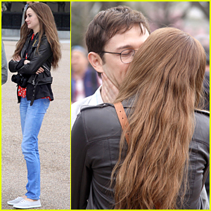 Shailene Woodley & Joseph Gordon-Levitt Kiss at White House For 'Snowden'