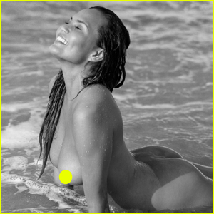 Chrissy Teigen Goes Nud