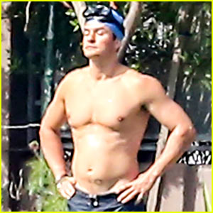 Orlando Bloom Goes Shirtless for Outdoor Workout!