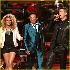 Tori Kelly & Robin Thicke Pay Tribute to Smokey Robinson at BET Awards 2015! (Video)