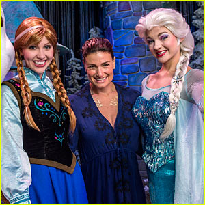 Idina Menzel Meets Frozen's Elsa & Anna at Disney World!