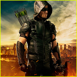 Stephen Amell Shows Off New Green Arrow Suit at Comic-Con!