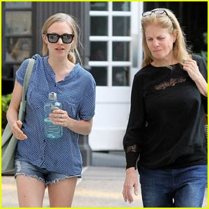 Amanda Seyfried Grabs Lunch With Her Mom in the Big Apple