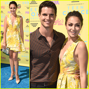 Italia Ricci & Robbie Amell Couple Up For Teen Choice Awards 2015