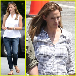 Jennifer Garner Sports Her Wedding Band in Atlanta