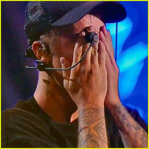 Justin Bieber Cries On Stage at MTV VMAs 2015 (Video)